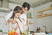 여성, 남성, 커플 (인간관계), 가정주방 (주방), 음식준비, 백허그, 섞기 (움직이는활동)