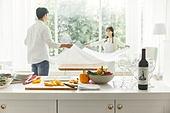 남성, 여성, 커플 (인간관계), 저녁식사, 준비, 식탁보 (데코르), 포틀럭파티 (식사)