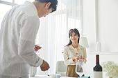 여성, 커플 (인간관계), 저녁식사, 준비, 식탁보 (데코르), 음식준비 (움직이는활동), 포틀럭파티 (식사), 미소, 즐거움, 행복