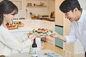 여성, 커플 (인간관계), 저녁식사, 준비, 식탁보 (데코르), 음식준비 (움직이는활동), 포틀럭파티 (식사)