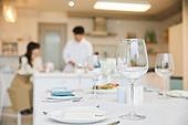 여성, 커플 (인간관계), 저녁식사, 준비, 식탁보 (데코르), 음식준비 (움직이는활동), 포틀럭파티 (식사), 대화
