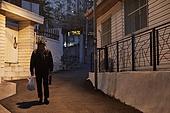 50대 (중년), 남성, 불경기, 실망 (슬픔), 외로움, 우울, 걷기 (물리적활동), 귀가 (사건), 골목길 (도시도로)