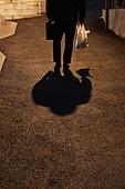 50대 (중년), 남성, 불경기, 실망 (슬픔), 외로움, 우울, 걷기 (물리적활동), 귀가 (사건), 골목길 (도시도로), 그림자