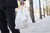 50대 (중년), 남성, 성인 (나이), 실업 (고용문제), 시간제근무 (직업), 불경기, 아빠 (부모), 배달음식, 배달부 (직업), 비닐봉투 (가방)