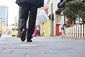 50대 (중년), 남성, 성인 (나이), 실업 (고용문제), 시간제근무 (직업), 불경기, 아빠 (부모), 배달음식, 배달부 (직업), 구두 (신발), 신발, 걷기 (물리적활동)