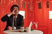중년남자 (성인남자), 사회양극화 (사회이슈), 실업, 걱정, 걱정 (어두운표정), 술 (음료), 구내매점 (간이판매대), 마시기 (입사용)