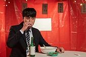 남성, 청년실업, 해고 (실업), 비즈니스맨, 술 (음료), 혼술, 마시기 (입사용)