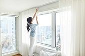 여성, 집 (주거건물), 침실, 창문 (인조물건), 커튼 (데코르), 대청소 (환경보호)
