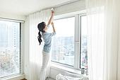 여성, 집 (주거건물), 침실, 창문 (인조물건), 커튼 (데코르), 대청소 (환경보호), 미소