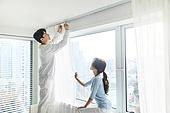 여성, 집 (주거건물), 침실, 창문 (인조물건), 커튼 (데코르), 대청소 (환경보호), 커플, 미소