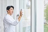 집 (주거건물), 창문 (인조물건), 대청소 (환경보호), 닦기 (클리닝), 미소