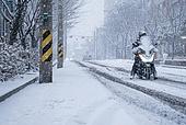 겨울, 겨울 (계절), 한파, 쌓인눈 (눈), 눈 (얼어있는물), 날씨, 도로, 오토바이 (자동차류), 배달 (일), 배달부 (직업), 배송지연 (배송안내)