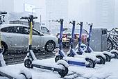 겨울, 겨울 (계절), 한파, 쌓인눈 (눈), 눈 (얼어있는물), 날씨, 도로, 자동차, 교통체증 (교통량), 퀵보드, 이동성 (컨셉)