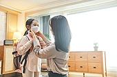 엄마, 워킹맘, 초등학생, 어린이 (나이), 딸, 아침, 출퇴근 (여행하기), 준비, 마스크 (방호용품), 감기 (질병), 안전, 보호