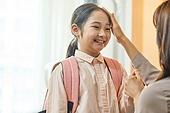 엄마, 워킹맘, 초등학생, 어린이 (나이), 딸, 아침, 출퇴근 (여행하기), 준비, 미소, 밝은표정, 약속, 마주보기 (위치묘사), 쓰다듬기 (만지기)