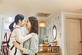 엄마, 워킹맘, 초등학생, 어린이 (나이), 딸, 아침, 출퇴근 (여행하기), 준비, 애정표현 (밝은표정), 미소, 밝은표정