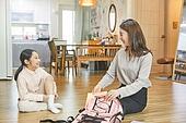 엄마, 워킹맘, 초등학생, 어린이 (나이), 딸, 아침, 출퇴근 (여행하기), 준비, 책가방 (가방), 정리 (움직이는활동), 미소
