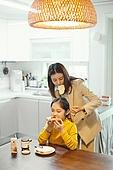 엄마, 워킹맘, 초등학생, 어린이 (나이), 딸, 아침, 출퇴근 (여행하기), 준비, 아침식사, 사람머리 (주요신체부분), 묶기, 도움 (컨셉)