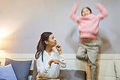 육아, 워킹맘, 딸, 실내, 거실, 소파, 개구쟁이 (역할), 점프 (물리적활동), 층간소음, 꾸중 (말하기), 쉿 (만지기)