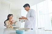 집 (주거건물), 가정주방 (주방), 대청소 (환경보호), 가사 (허드렛일), 지저분함 (나쁜상태), 집안살림 (주제), 신혼부부, 접시