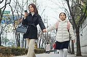 여성, 워킹맘, 어린이 (나이), 출퇴근 (여행하기), 출석 (움직이는활동), 딸, 스마트폰, 응시 (감각사용)