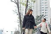 여성, 워킹맘, 어린이 (나이), 출퇴근 (여행하기), 출석 (움직이는활동), 딸, 미소