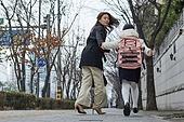 여성, 워킹맘, 어린이 (나이), 출퇴근 (여행하기), 출석 (움직이는활동), 딸, 달리기 (물리적활동), 지각 (움직이는활동)