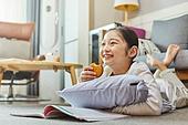 어린이 (나이), 집 (주거건물), 거실, 공부, 인터넷강의 (인터넷), 비대면 (사회이슈), 미소, 산만함 (움직이는활동)