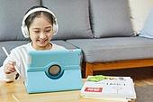 어린이 (나이), 집 (주거건물), 거실, 공부, 인터넷강의 (인터넷), 비대면 (사회이슈), 미소