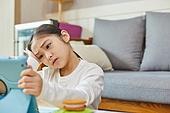 어린이 (나이), 집 (주거건물), 거실, 공부, 인터넷강의 (인터넷), 비대면 (사회이슈), 걱정 (어두운표정), 스트레스