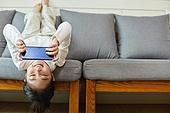 어린이 (나이), 집 (주거건물), 거실, 공부, 인터넷강의 (인터넷), 비대면 (사회이슈), 미소, MZ세대 (컨셉), 모바일게임