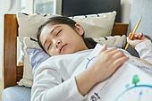 어린이 (나이), 집 (주거건물), 거실, 공부, 인터넷강의 (인터넷), 비대면 (사회이슈), 낮잠, 잠