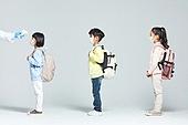 어린이 (나이), 초등학생, 출석 (움직이는활동), 코로나바이러스 (바이러스), 코로나19 (코로나바이러스), 사회적거리두기 (사회이슈), 마스크 (방호용품), 온도 (묘사), 온도계 (측정도구), 디지털온도계, 발열체크 (측정)