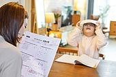 워킹맘, 초등학생, 시험, 테스트결과 (서류), 산만함 (움직이는활동), 걱정 (어두운표정)
