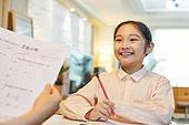 워킹맘, 초등학생, 시험, 테스트결과 (서류), 만족, 미소, 밝은표정