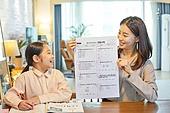 워킹맘, 초등학생, 시험, 테스트결과 (서류), 만족, 미소, 밝은표정, 자부심 (컨셉)