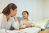 초등학생, 홈스쿨링 (교육), 집 (주거건물), 공부 (움직이는활동), 피로 (물체묘사), 잠 (휴식)