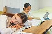 초등학생, 홈스쿨링 (교육), 집 (주거건물), 공부 (움직이는활동), 피로 (물체묘사), 잠 (휴식), 퇴근후