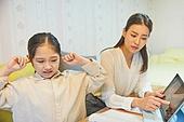 초등학생, 홈스쿨링 (교육), 집 (주거건물), 공부 (움직이는활동), 손가락으로귀막기 (만지기)