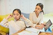 초등학생, 홈스쿨링 (교육), 집 (주거건물), 공부 (움직이는활동), 손가락으로귀막기 (만지기), 무관심