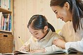 초등학생, 홈스쿨링 (교육), 집 (주거건물), 공부 (움직이는활동), 미소, 밝은표정