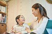 초등학생, 홈스쿨링 (교육), 집 (주거건물), 공부 (움직이는활동), 미소, 밝은표정, 마주보기 (위치묘사)