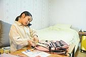 초등학생, 홈스쿨링 (교육), 집 (주거건물), 책가방 (가방), 정리 (움직이는활동), 통화중 (움직이는활동)