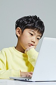 어린이 (나이), 초등학생, 컴퓨터, 노트북컴퓨터 (개인용컴퓨터), 지루함 (컨셉)