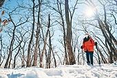 겨울, 산 (지세), 하이킹 (아웃도어), 산악등반 (클라이밍), 등산로 (길), 하이킹, 산악등반, 체력, 걷기, 취미, 등산로, 아이젠, 등산지팡이, 운동, 마스크 (방호용품)