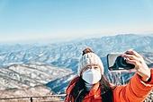 국내여행 (여행), 여행, 겨울, 산 (지세), 하이킹 (아웃도어), 산악등반 (클라이밍), 국내여행, 하이킹, 산악등반, 여행지, 성취, 산봉우리, 스마트폰, 휴대폰, 사진촬영, 셀프카메라 (포즈취하기)