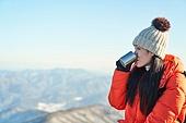 국내여행 (여행), 겨울, 산 (지세), 하이킹 (아웃도어), 산악등반 (클라이밍), 하이킹, 산악등반, 체력, 취미, 운동, 맨위 (위치묘사), 산봉우리, 뜨거운음료 (무알콜음료), 컵 (그릇)