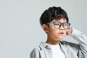 어린이 (나이), 사람눈 (주요신체부분), 시력, 사람눈, 안과, 불편함 (어두운표정), 안경, 고역 (컨셉)