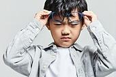 어린이 (나이), 사람눈 (주요신체부분), 시력, 사람눈, 근시, 난시, 시력검사 (건강관리), 안구건조증 (질병), 불편함 (어두운표정), 스트레스, 짜증