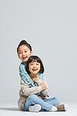 어린이 (나이), 초등학생, 즐거움 (컨셉), 행복, 포옹 (홀딩), 자매, 친구